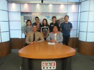 戴維斯局長(前左一)與《東西對話》節目攝製組合影留念。後排左起:符甦、董凌雲、劉行雲、陳茗倩、盧雨