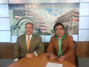 聖伯納迪諾縣縣政委員科特·海格曼(左一)與《東西對話》攝製組合影留念。